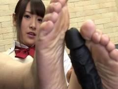 足フェチ必見!制服姿の美少女が足の裏見せながらサイズを測りディルドを足コキして見せる!