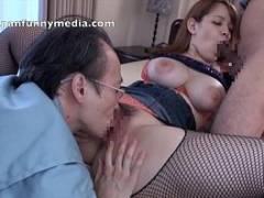 爆乳ギャルが網タイツでおじさんを挑発!肉感たっぷりでセックスを行い、そのまま膣の中に射精される。