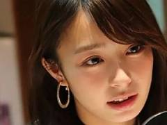 宇垣美里アナ 透明エプロンで料理。