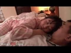 隣で熟睡してる愛娘の寝顔に欲情してしまったパパが夜這いしてパイパンに生挿入
