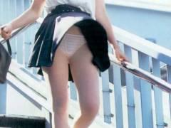 公衆の面前で豪快にパンティーを晒してしまう羞恥!突然スカートをめくりあげた風パンチラ画像集!