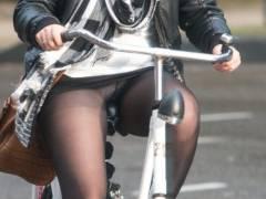 【素人パンチラ】街中で激写されてしまった自転車女子のパンティをご覧くださいwwww