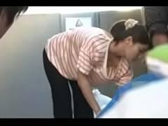 【肉食系女子のための動画】息子の担任の先生をノーブラで誘惑しちゃう性欲盛んな若妻さん