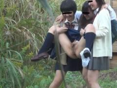 【画像】学校帰りのJKさん、草むらで野外放尿して撮影される。。