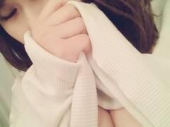 【素人投稿女性写真】貧乳Bカップのお姉さんが自分の乳首を洗濯バサミでつまんで自画撮り!