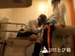 公衆トイレをラブホ代わりに使ってる女子校生カップルwwwww