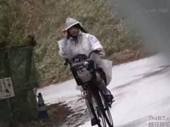 【レイプ】雨の中を自転車で下校する女子校生が道案内を装う変質者の餌食に…