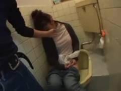 これはラッキー!ベロベロの素人のお姉さんが公衆便所で潰れてたからデカマラぶち込んで犯しちゃった!