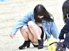 【パンツ見えた!】公園でくつろぎながらパンチラしてる女子が萌えシコw