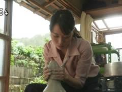 戸田恵梨香さん、ユルめの胸元から中がチラ見え。