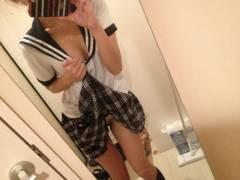 【鏡越しエロ画像】Cカップのお姉さんがスケスケの衣装でおっぱいと筋マンを披露してるぞ!