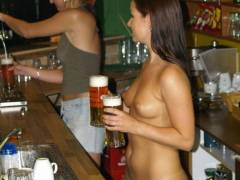 【摘発不可避】全裸のウェイトレスがビール運んでくれる海外のセクシー居酒屋、これ日本でも作れよwwwwwww(画像あり)