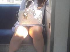 【素人盗撮エロ画像】電車内でおっぱいやパンツ撮られてるのに気付いていない素人さんww 30枚
