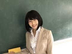 【過激画像】マジムリ学園のエロ先生の横山ゆいはん、胸元全開に網タイツでエロ過ぎてヤバい件!!