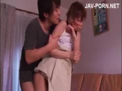 【ロリ動画】ロリ顔若妻の麻美ゆまが夫の前で見知らぬ男に犯されて嫌なはずなのに溢れる愛液