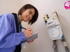 紗藤まゆ ガス検針員の人妻が地味な制服姿で寝取られイラマチオフェラ!