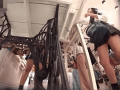 ショッピング中のスラッとした美脚のJKさん、前から後ろから生パンツを逆さ撮りされてしまう!
