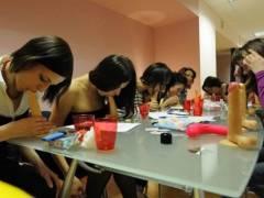 【衝撃映像】ロシアのティーン少女(処女)を集めて開かれた『フェラチオ教室』がこちらwwww