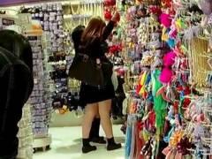 【パンチラ】これはエロいギャル女子高生がドンキで買い物です!