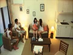 【動画】くっそ可愛い女2人を部屋に連れ込み4Pセックスでラストは中出しwww