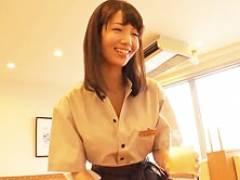 街で人気のセクハラし放題のファミレス店員の美乳ボディを頂く! 清城ゆき