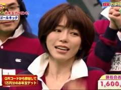 釈由美子さん、前かがみでおっぱいの始まりが見えてしまう。