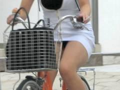 【パンツ見えてるよ】自転車に乗ってパンツをチラチラさせる女を発見wwwww