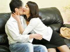 恋人同士のように飽きることなく性器を求め合う五十路継母と義息 安立ゆうこ
