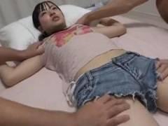 宮沢ゆかり 幼児体型の可愛いちっぱい娘を大勢の男が大股開きさせネチネチ愛撫感じまくり!