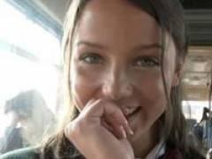 【JK洋物】とっても可愛いロシア人女子校生がバスの中で全裸になりアナルセックス始めちゃう!!ケツ穴に大量中出しされるところをお披露目