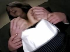 爆乳痴女OLがエレベータに乗ってた男を手コキ&スマタで強制射精動画