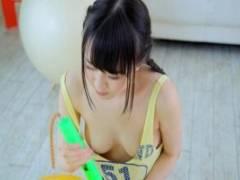松田真夏 童顔美少女がイメージビデオでデビュー!ノーブラで胸チラしたらパンツを脱衣してアナル露出w
