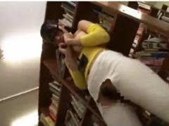 【痴漢】静かな図書館でジーンズ破り!