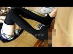 無修正・個人撮影 ショーパンにニーハイの妹の足で足コキ! 絶対領域の太ももがエロすぎ女子校生!