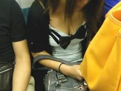 【ラッキーエロ】電車内で胸元が緩々の女子、発見される!