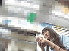 毎日同じ電車に乗ってくる制服JKさん、思い切って近接してパンツ隠し撮りしてみた!的な映像。