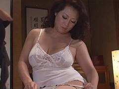 愛矢峰子 ぽっちゃり巨乳の友母(四十路)が息子の友人に肉体関係を迫られて性交