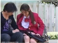 【青姦】これは危ない学校の帰りに彼氏と公園に来たアウロリJK!オマンコを出して手マンされて、もう我慢の限界です!