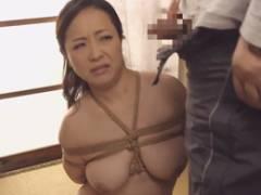 爆乳熟女の南澤ゆりえが義父の緊縛調教で強制フェラをする
