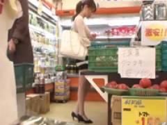 スーパーで買い物中のスレンダーな若妻が媚薬を塗られてガチイキしまくる!