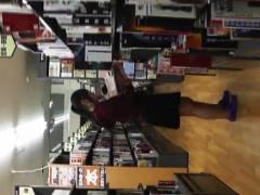 【パンチラ】本屋で立ち読みをしているメガネ女子を逆さ撮り!