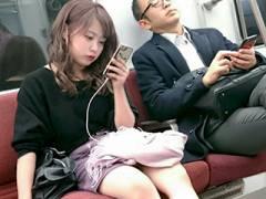 通勤の時に見かけると活力がでる!電車の対面に座ってる子の脚や太もも→スマホ盗撮画像まとめ。