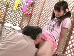 【近親相姦】まだ性行為すら知らない幼い小学生少女に勃起チンポをねじ込み膣内に射精する変態父親…春日野結衣
