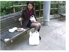 【盗撮+フェチ+顔射】昼休みに公園でお弁当を食べていたセクシーなOL!変態がチンポコを出して顔射してしまいます。