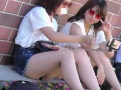 街中で見かけた友達連れ女子のナマ脚にムラムラ!ずっと見てたいエロ脚をこっそり〇撮したったwwww