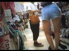 【パンチラ】これはやばいドン●ホーテ!アウロリJCのショートパンツを隠し撮り!