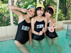スクール水着を着た女子校生たちとプールで乱交中出しエッチ