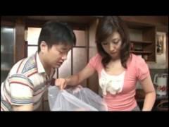 【動画】お世話にきた美熟女お義母さんを口説いてハメ義母相姦!