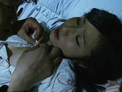 一之瀬すず 突然母の若い頃にタイムスリップ!美少女だった母親に欲情し夜這いをかけて処女を奪う!