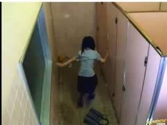 【泥酔+トイレ+盗撮】これはやばい公衆便所で酒に酔って倒れていた女!介抱しましたがチンポコを入れてしまいました